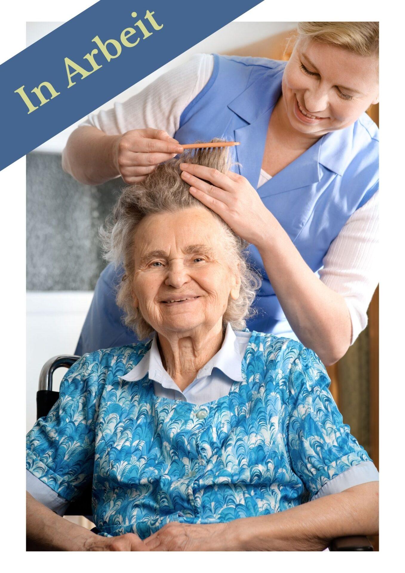 Pflegekraft-frisiert-seniorin